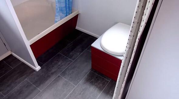 シンプルなトイレとシャワールームの写真