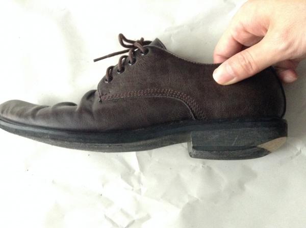 かかとが削れた靴